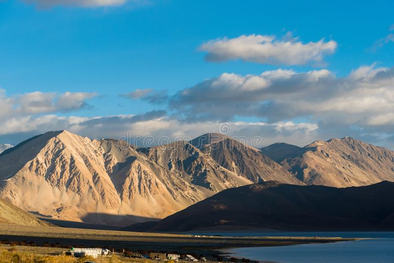 Fondo de las montañas de Himalaya del lardakh del leh, la India fotografía de archivo