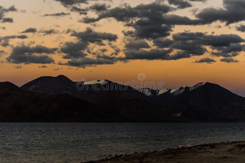 Fondo de las montañas de Himalaya del lardakh del leh, la India foto de archivo libre de regalías
