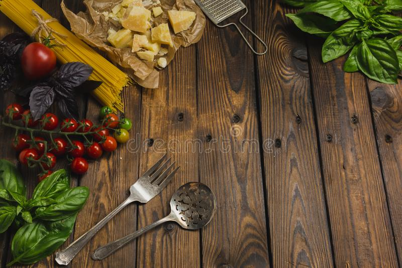 Fondo de las pastas Espaguetis secos con las verduras y las hierbas en un w fotos de archivo libres de regalías