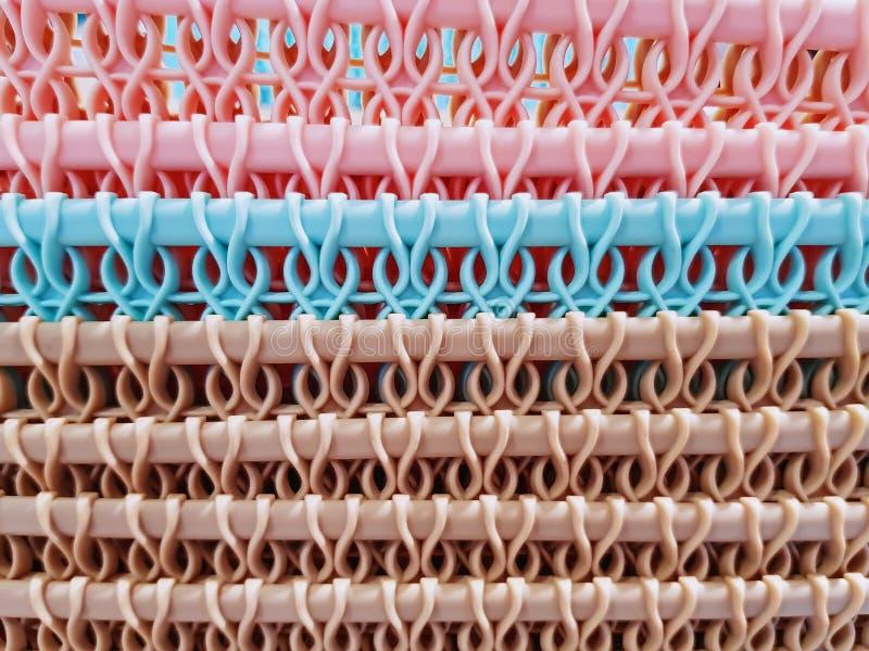 Fondo de las pilas plásticas coloridas del modelo de la cesta imágenes de archivo libres de regalías