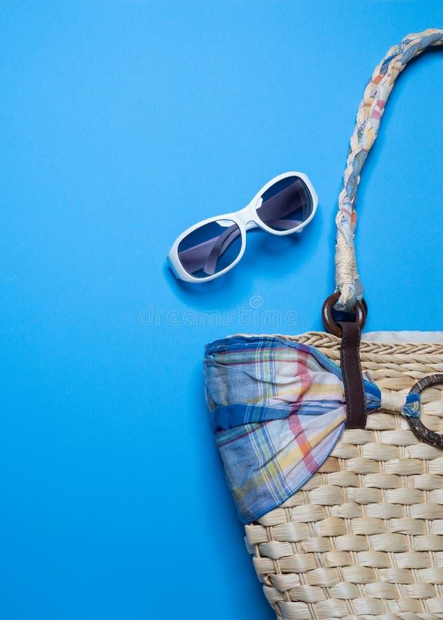 Fondo de las vacaciones de verano, accesorios de la playa en fondo azul, bandera de las vacaciones de verano, vacaciones y artícu fotos de archivo libres de regalías