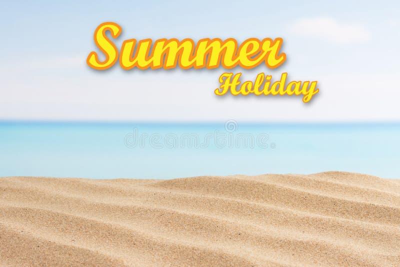 Fondo de las vacaciones de verano con el texto Mar y arena en la playa foto de archivo