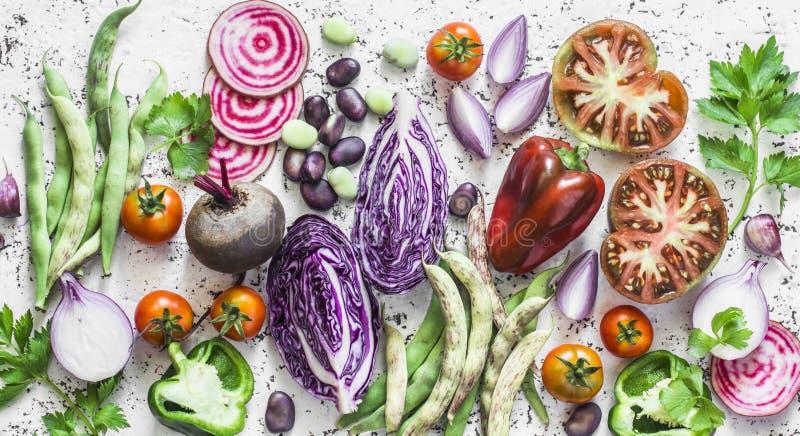 Fondo de las verduras frescas Col, remolachas, habas verdes, tomates, pimientas en un fondo ligero, visión superior Endecha plana foto de archivo libre de regalías