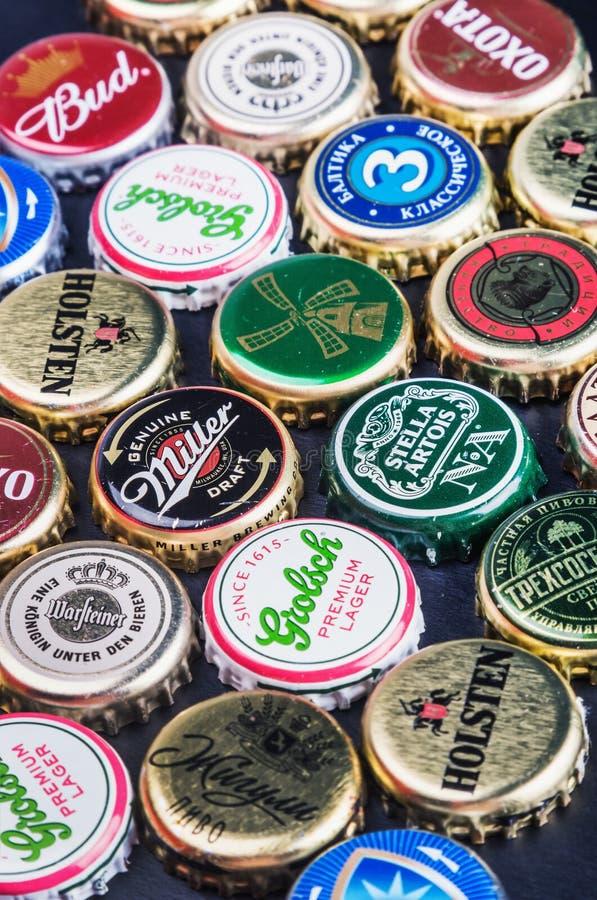 Fondo de los casquillos de la botella de cerveza foto de archivo