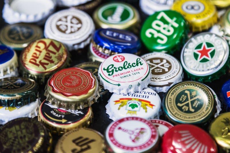Fondo de los casquillos de la botella de cerveza, una mezcla de diversas marcas globales foto de archivo libre de regalías