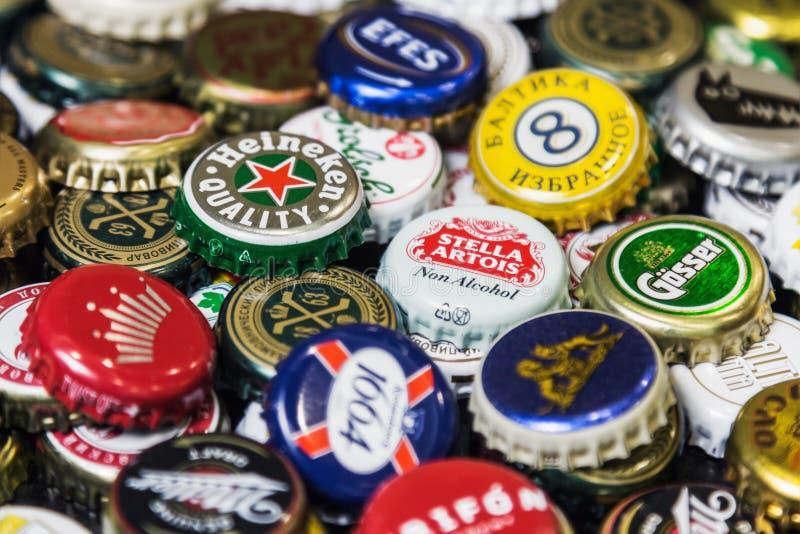 Fondo de los casquillos de la botella de cerveza, una mezcla de diversas marcas globales imágenes de archivo libres de regalías