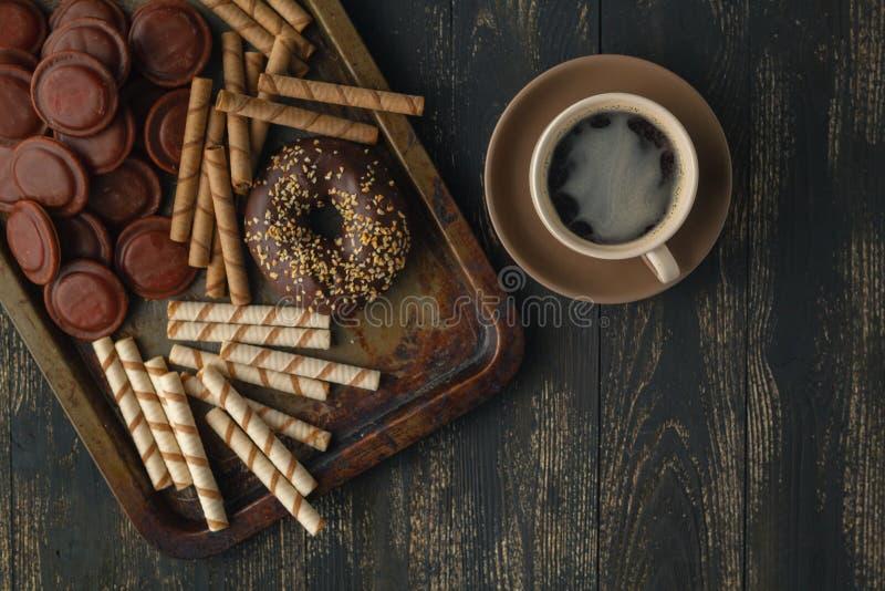 Fondo de los chocolates Chocolate Taza de chocolate caliente, limón, n fotografía de archivo