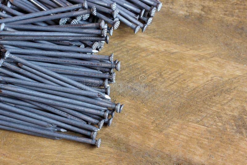Fondo de los clavos de la techumbre en una plataforma de madera foto de archivo libre de regalías