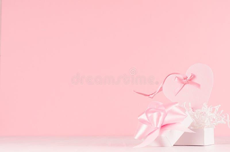 Fondo de los día de San Valentín - corazón decorativo rosado en colores pastel elegante con la caja de la cinta y de regalo en el fotografía de archivo libre de regalías