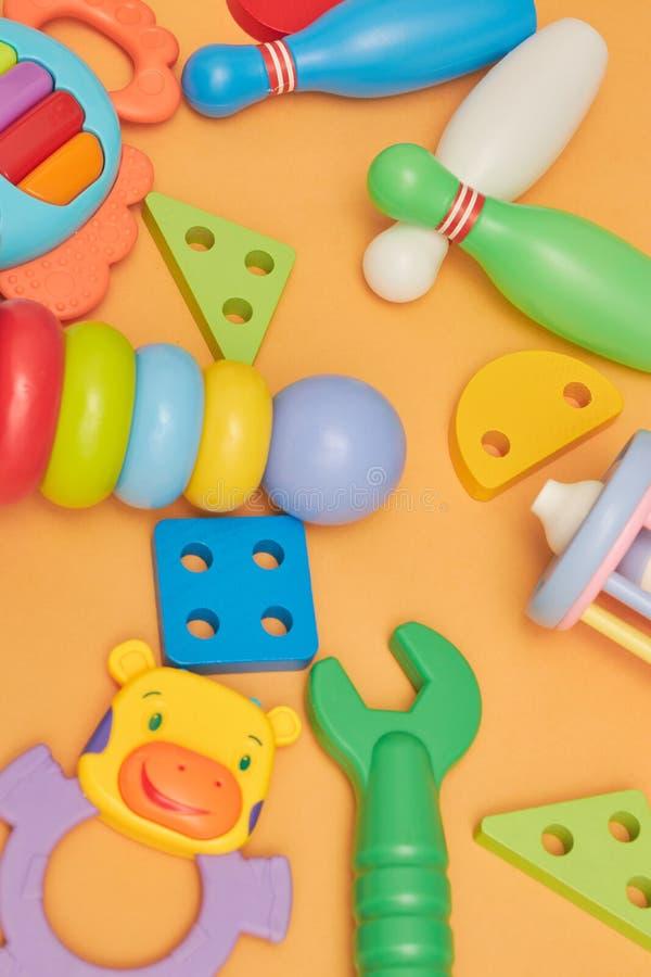 Fondo de los juguetes educativos de los niños Primer de la visión superior Juguetes para los niños jovenes juegos para el desarro imagenes de archivo