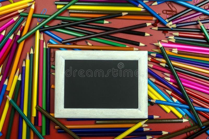 Fondo de los lápices coloreados y marco blanco-negro para el texto foto de archivo libre de regalías