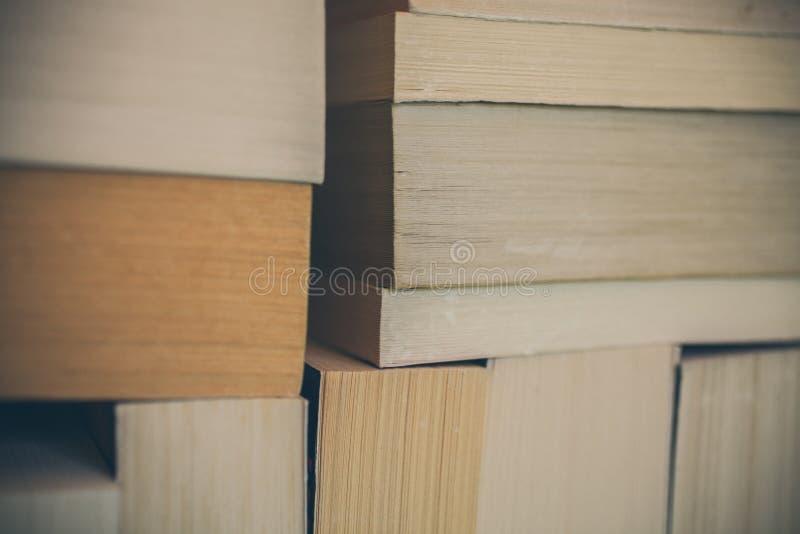 Fondo de los libros para el diseño Muchos libros llenados juntos Educación y sabiduría fotos de archivo