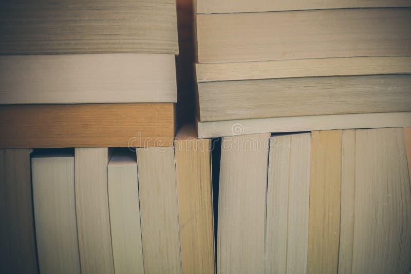 Fondo de los libros para el diseño Muchos libros llenados juntos Educación y sabiduría imagen de archivo libre de regalías