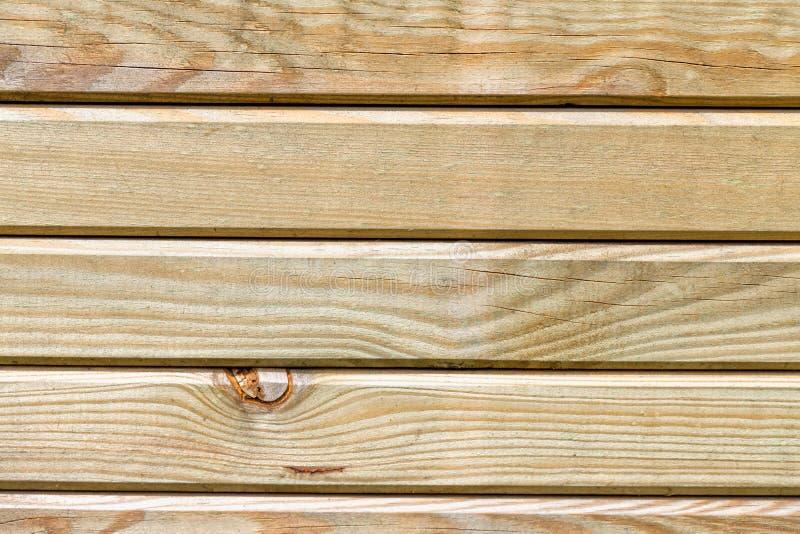 Fondo de los listones de madera tratados para los exteriores foto de archivo libre de regalías