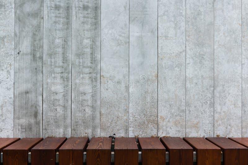 Fondo de los paneles concretos decorativos con el piso de madera imagenes de archivo
