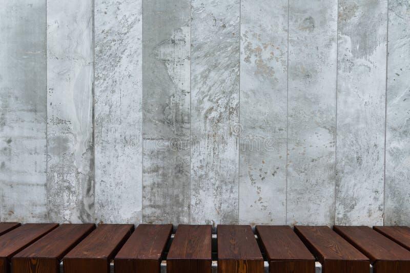 Fondo de los paneles concretos decorativos con el piso de madera fotos de archivo libres de regalías