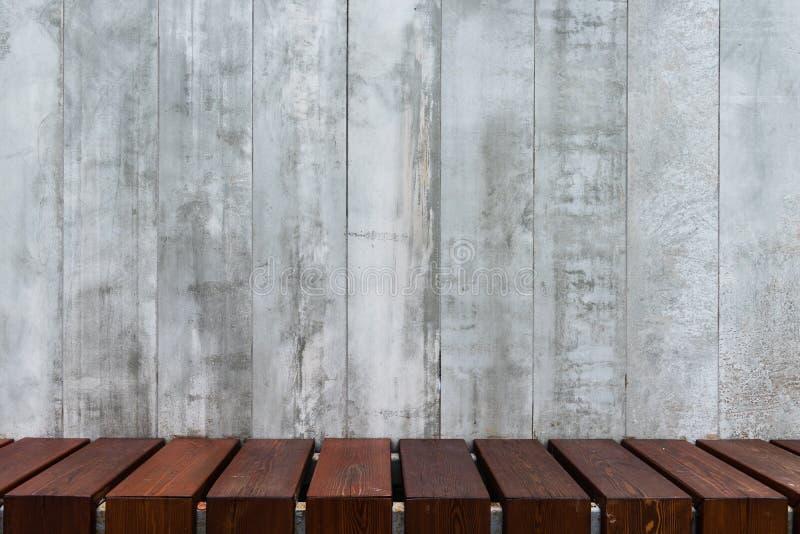 Fondo de los paneles concretos decorativos con el piso de madera fotografía de archivo libre de regalías