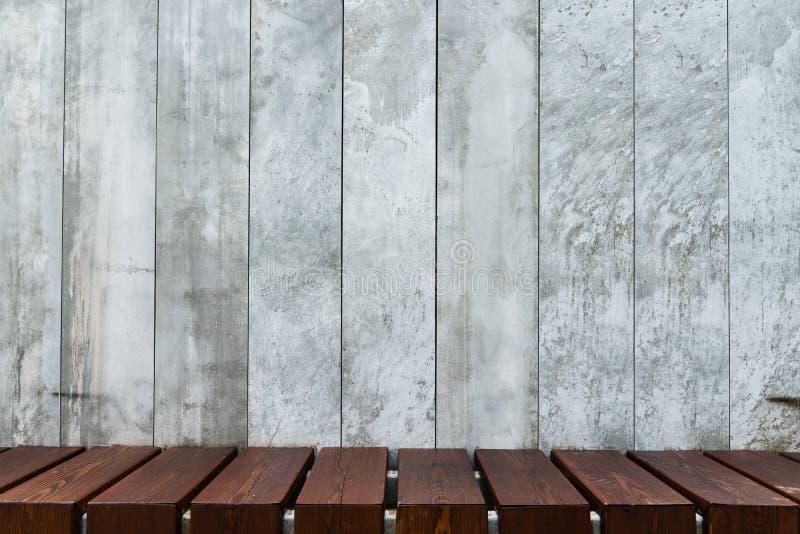 Fondo de los paneles concretos decorativos con el piso de madera imagen de archivo