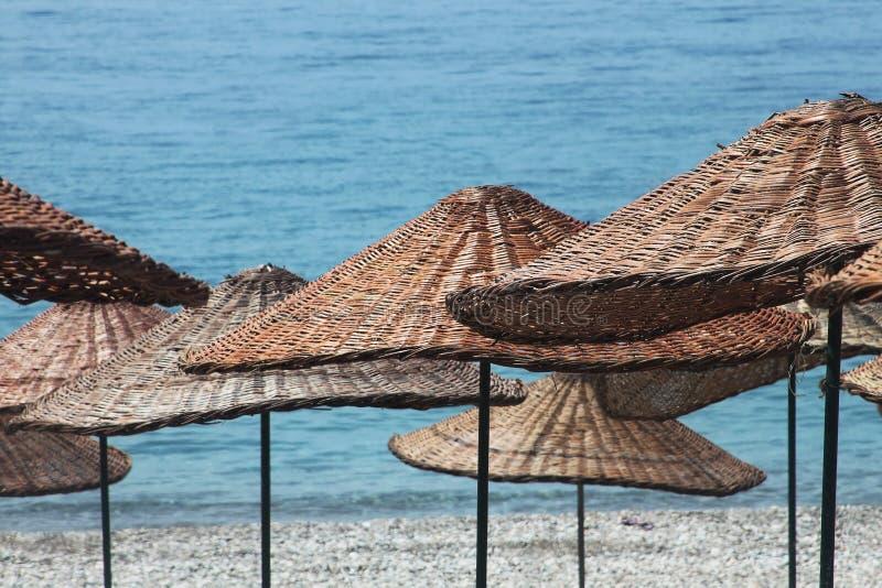 Fondo de los paraguas en las playas de Turquía fotos de archivo libres de regalías