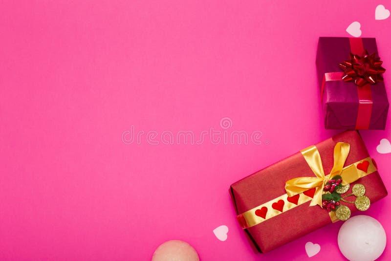 Fondo de los regalos, cajas envueltas en el documento decorativo sobre un fondo coloreado, visión superior, concepto del día de f fotos de archivo libres de regalías
