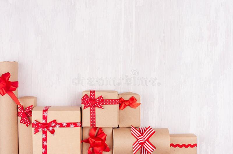 Fondo de los regalos de la celebración - diversos presentes del arte envueltos en papel con las cintas y los arcos rojos en la ta fotografía de archivo libre de regalías