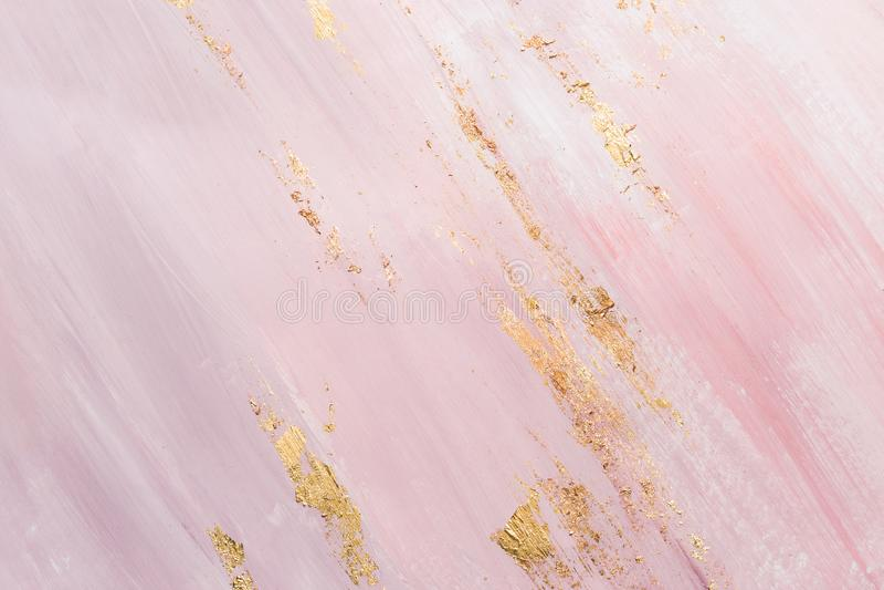 Fondo de m?rmol rosado delicado con pinceladas del oro lugar para su dise?o fotografía de archivo libre de regalías