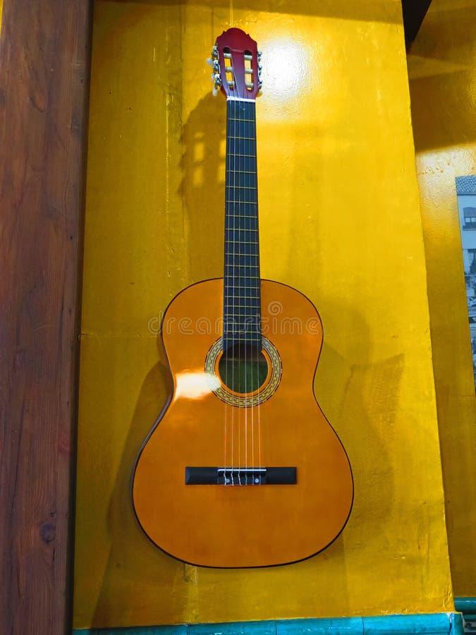Fondo de madera amarillo para la guitarra acústica española imágenes de archivo libres de regalías