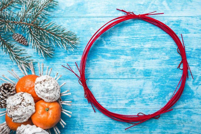 Fondo de madera azul Árbol de abeto verde Fruta con el mandarín y los dulces Círculo por la Navidad o el Año Nuevo imágenes de archivo libres de regalías