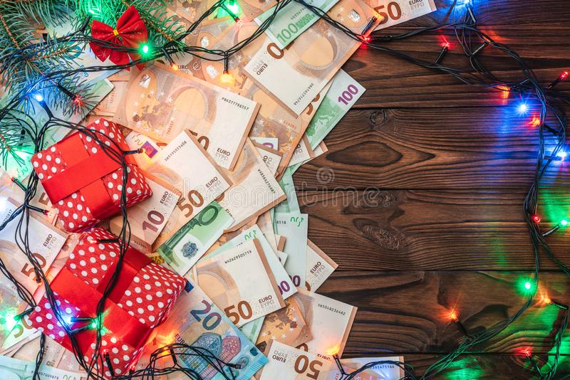Fondo de madera, billetes de banco, regalos, ramas del abeto, atmósfera de la Navidad fotografía de archivo libre de regalías