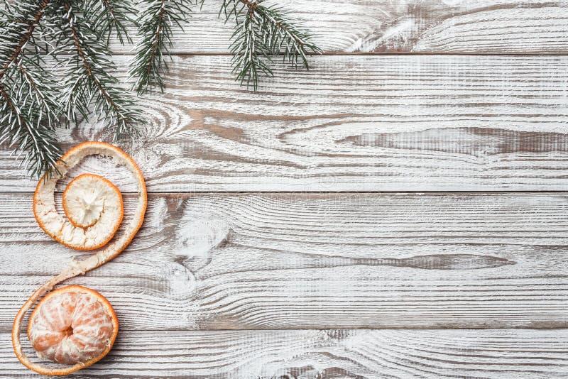 Fondo de madera blanco Tarjeta del invierno Ramas verdes del abeto Mandarina Tarjeta de Navidad Espacio para messa del saludo del fotografía de archivo libre de regalías