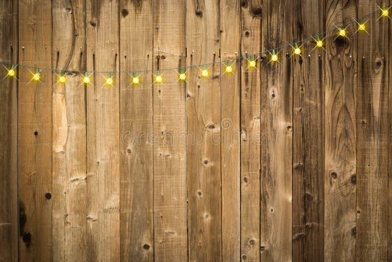 Fondo de madera brillante con la cadena de luces foto de archivo libre de regalías