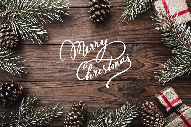 Fondo de madera de Brown Ramas del abeto, conos decorativos Espacio de mensaje por la Navidad y el Año Nuevo Regalos para Navidad fotografía de archivo