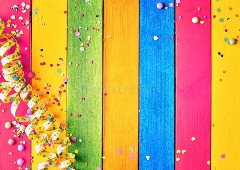 Fondo de madera coloreado arco iris del carnaval fotografía de archivo libre de regalías