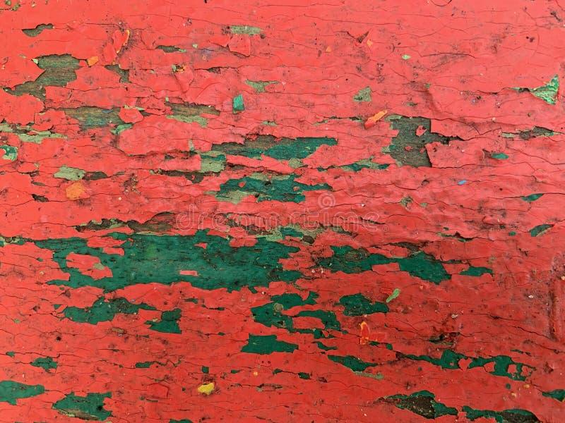 Fondo de madera con la pintura roja vieja Pintura de varias capas agrietada fotos de archivo libres de regalías