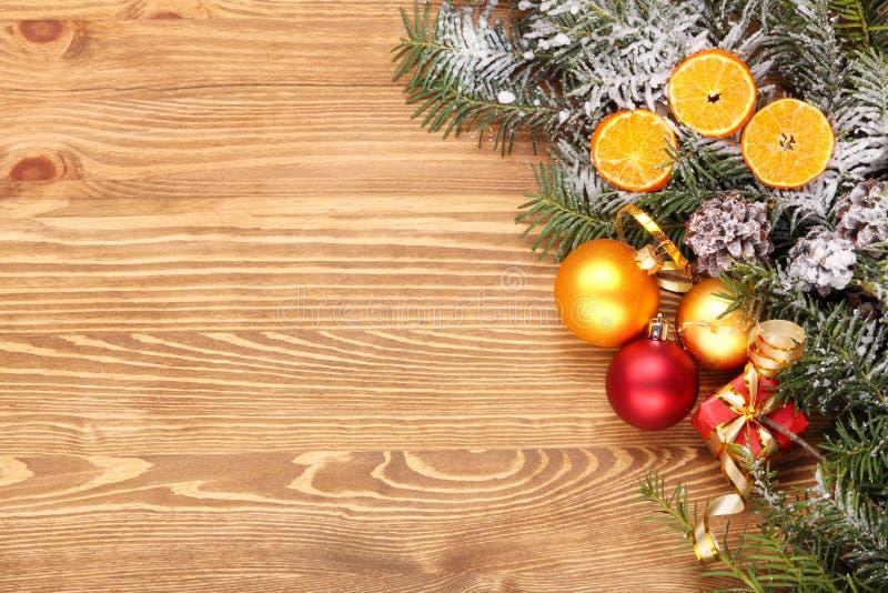 Fondo de madera con las decoraciones de la Navidad con el espacio para el texto fotografía de archivo libre de regalías