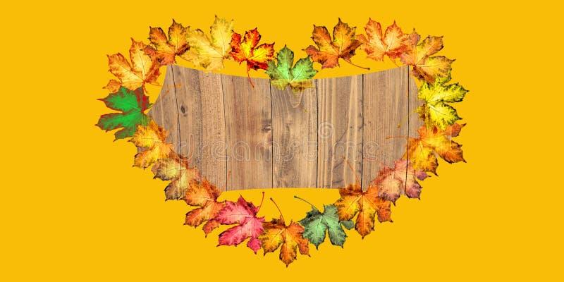 Fondo de madera con las hojas de un otoño coloridas fotografía de archivo