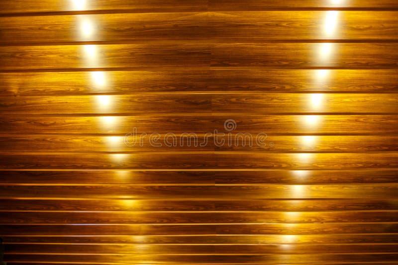 Fondo de madera con las luces para el techo fotos de archivo