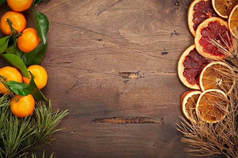 Fondo de madera con las ramas y las naranjas del abeto imágenes de archivo libres de regalías