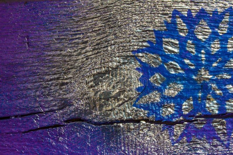 Fondo de madera con los copos de nieve de plata en un fondo azul y púrpura Año Nuevo, la Navidad, fondo, textura fotos de archivo