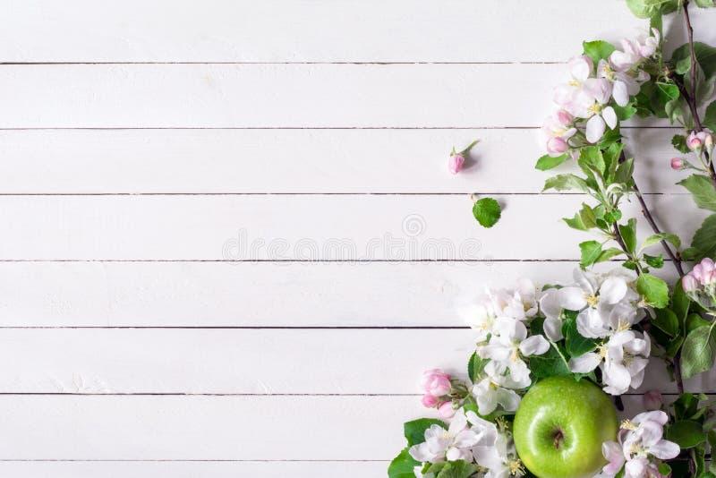 Fondo De Madera Vintage Con Flores Blancas Manzana Y: Fondo De Madera Con Los Flores Blancos Y Las Manzanas