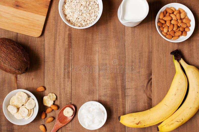 Fondo de madera con los ingredientes frescos para el smoothie o las gachas de avena imagen de archivo libre de regalías