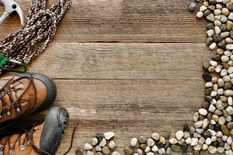 Fondo de madera de la escalada con la cuerda y los zapatos imágenes de archivo libres de regalías
