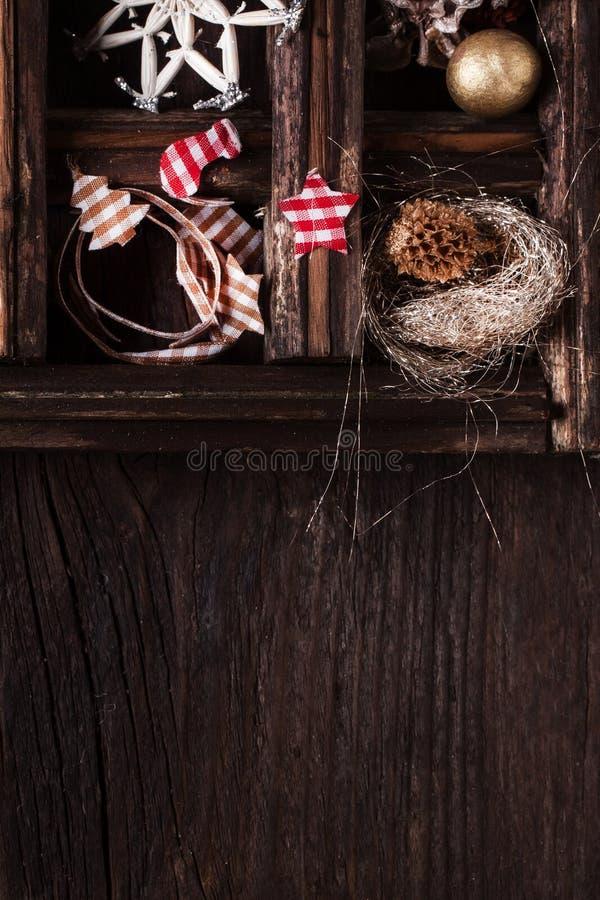 Fondo de madera de la Navidad con la caja de juguetes fotos de archivo libres de regalías