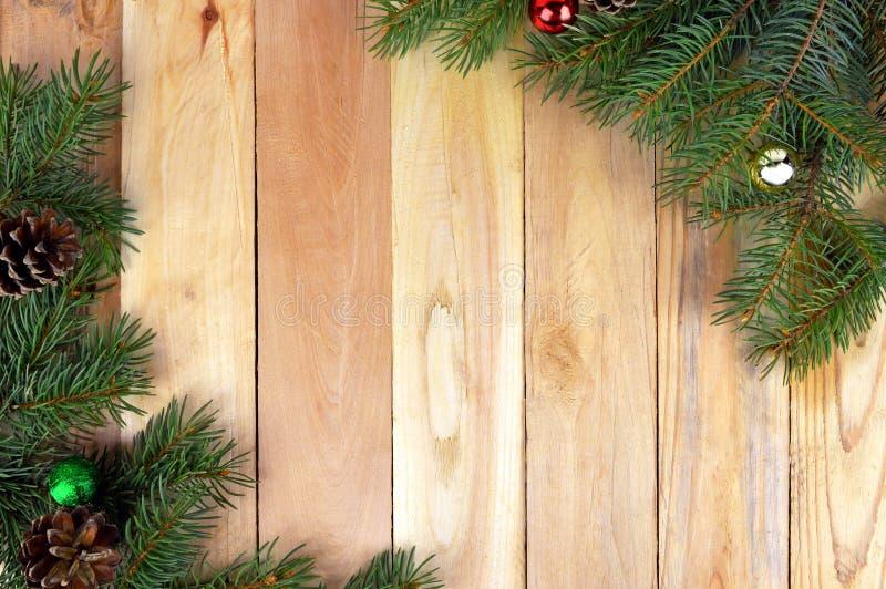 Fondo de madera de la Navidad con los conos del árbol de navidad y del pino fotos de archivo