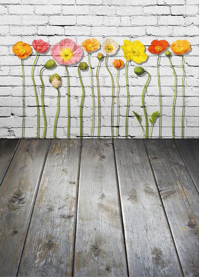 Fondo de madera de la pared de ladrillo de las flores imagen de archivo