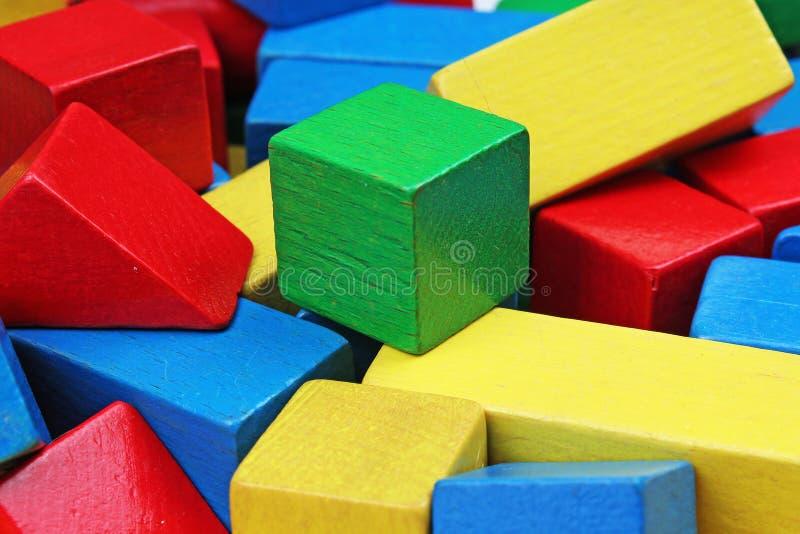 Fondo de madera del bloque del juguete Bloques de madera del juguete del verde rojo, azul, amarillo en el fondo blanco Modelo de  imagen de archivo