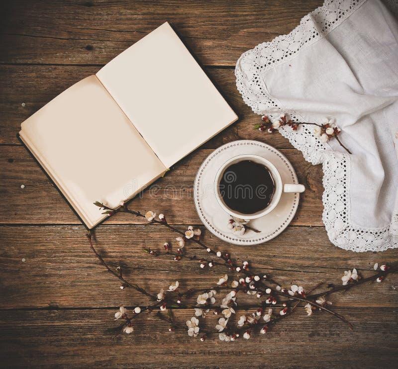 Fondo de madera del libro blanco del platillo del café de la taza fotos de archivo