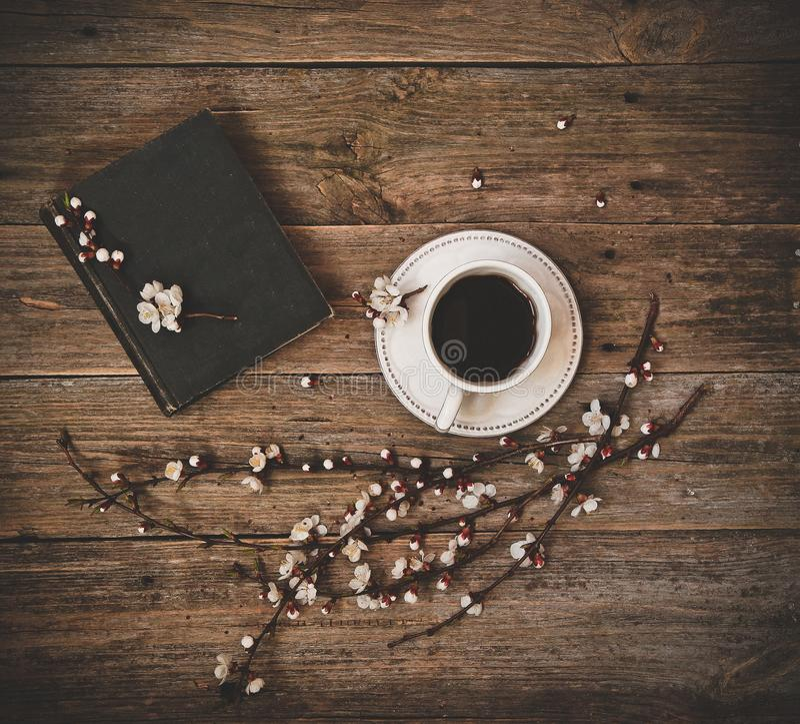 Fondo de madera del libro blanco del platillo del café de la taza foto de archivo