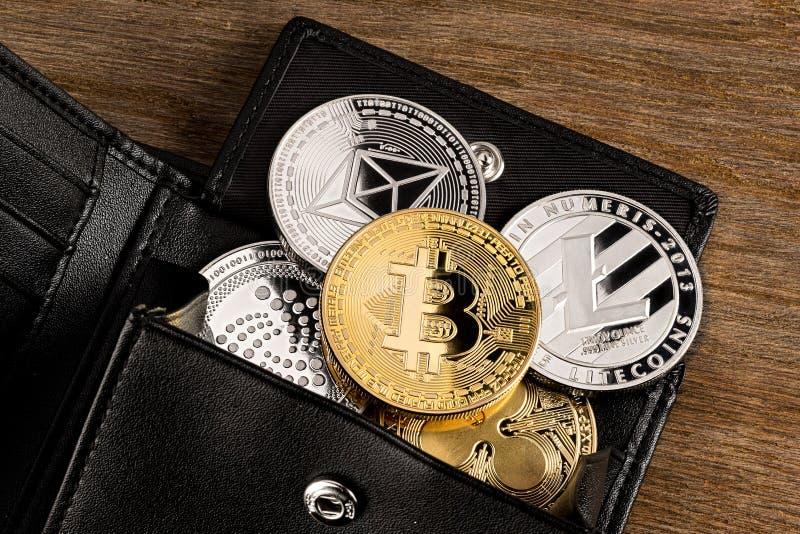 Fondo de madera de la moneda del concepto Crypto de la cartera foto de archivo libre de regalías