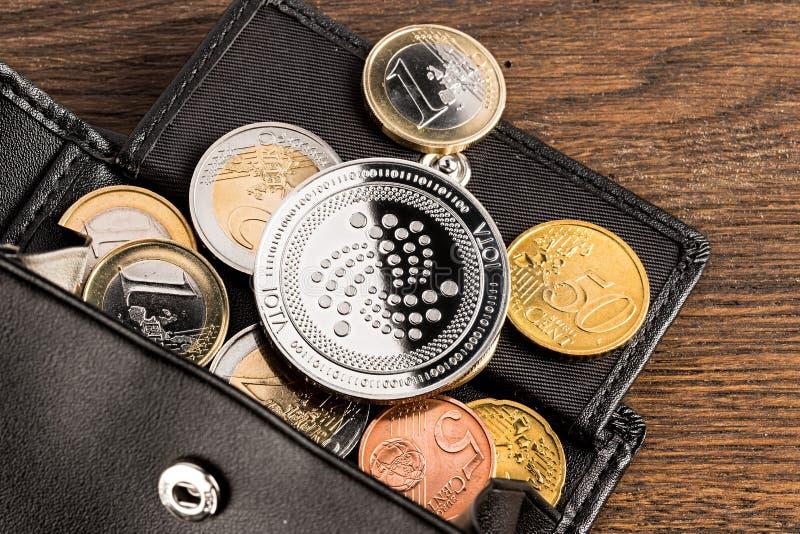 Fondo de madera de la moneda iota del concepto euro Crypto de la cartera imágenes de archivo libres de regalías